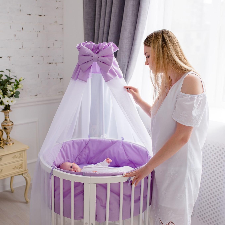 Otroška posteljica s previjalno mizo in posteljinino